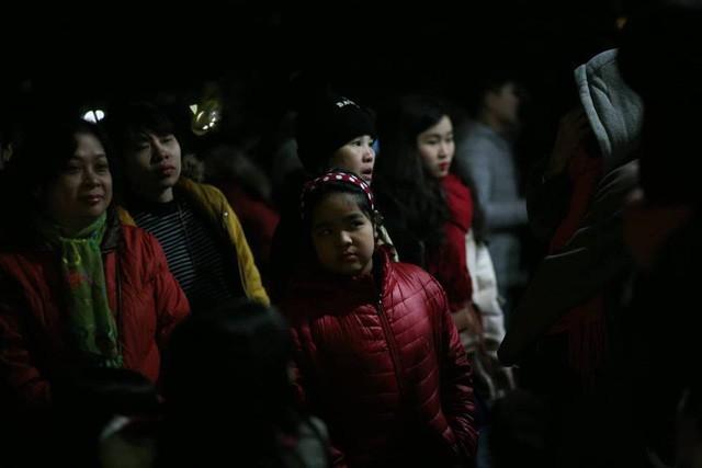 Chuyện hi hữu đêm giao thừa Tết Dương lịch 2019: Tắc nghẽn nghiêm trọng ở khu vực nhà vệ sinh công cộng quanh bờ hồ - Ảnh 5.