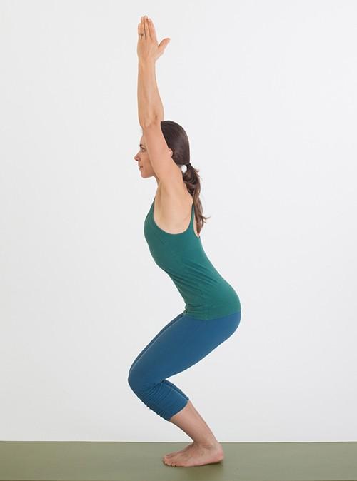 Muốn đốt cháy calo nhanh nhất, đây là 7 tư thế yoga bạn cần bỏ túi riêng mình - Ảnh 2.