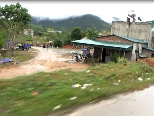 Cận cảnh cửu vạn nườm nượp vác hàng lậu qua biên giới Quảng Ninh - Ảnh 16.