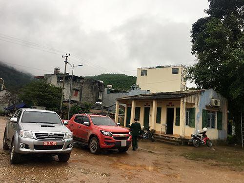 Cận cảnh cửu vạn nườm nượp vác hàng lậu qua biên giới Quảng Ninh - Ảnh 21.
