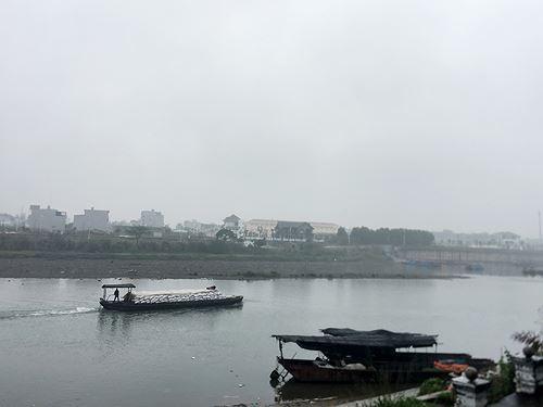 Cận cảnh cửu vạn nườm nượp vác hàng lậu qua biên giới Quảng Ninh - Ảnh 25.