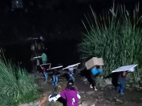 Cận cảnh cửu vạn nườm nượp vác hàng lậu qua biên giới Quảng Ninh - Ảnh 4.