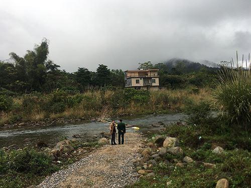 Cận cảnh cửu vạn nườm nượp vác hàng lậu qua biên giới Quảng Ninh - Ảnh 9.