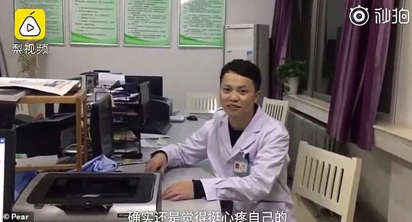 Thiếp đi sau 20 tiếng làm việc không ngừng nghỉ, bác sĩ khiến triệu trái tim đau nhói khi ngủ ở tư thế này - Ảnh 2.