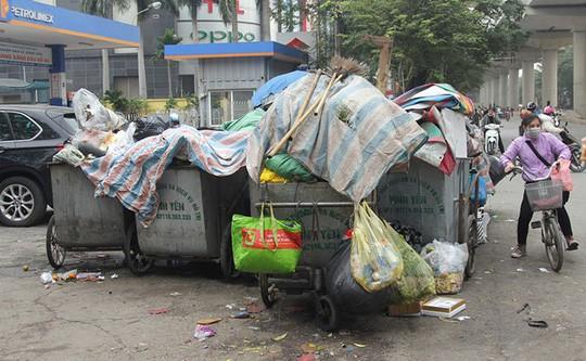 Người dân chặn xe chở rác: 12 quận Hà Nội ảnh hưởng, khó cầm cự tiếp - Ảnh 1.