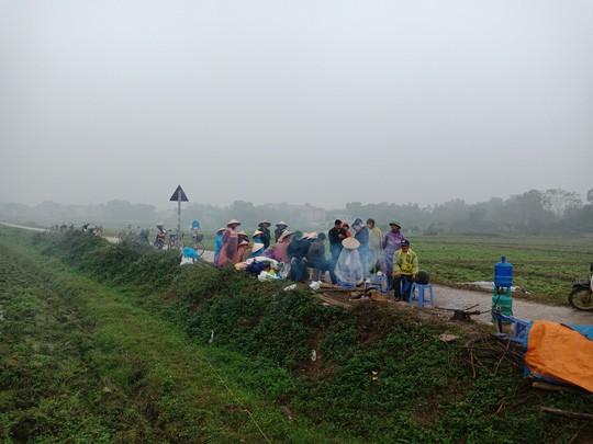 Người dân chặn xe chở rác: 12 quận Hà Nội ảnh hưởng, khó cầm cự tiếp - Ảnh 2.