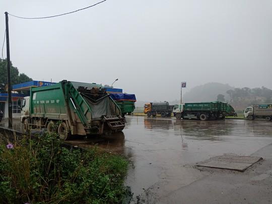Người dân chặn xe chở rác: 12 quận Hà Nội ảnh hưởng, khó cầm cự tiếp - Ảnh 13.