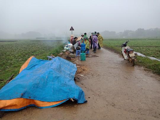 Người dân chặn xe chở rác: 12 quận Hà Nội ảnh hưởng, khó cầm cự tiếp - Ảnh 3.