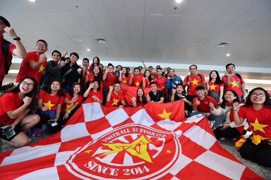 CĐV náo nức bay chuyên cơ sang UAE cổ vũ tuyển Việt Nam - Ảnh 1.