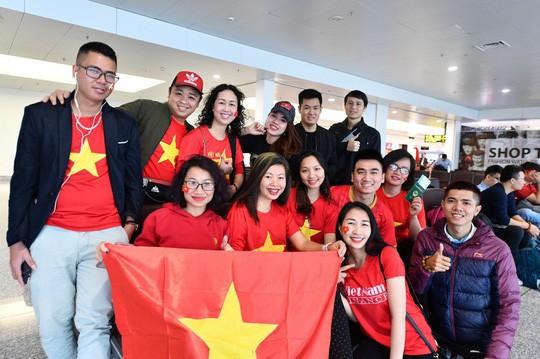 CĐV náo nức bay chuyên cơ sang UAE cổ vũ tuyển Việt Nam - Ảnh 2.