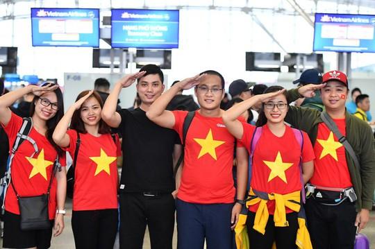 CĐV náo nức bay chuyên cơ sang UAE cổ vũ tuyển Việt Nam - Ảnh 4.