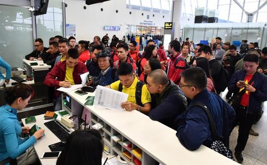 CĐV náo nức bay chuyên cơ sang UAE cổ vũ tuyển Việt Nam - Ảnh 5.