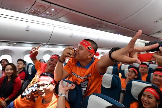 CĐV náo nức bay chuyên cơ sang UAE cổ vũ tuyển Việt Nam - Ảnh 8.