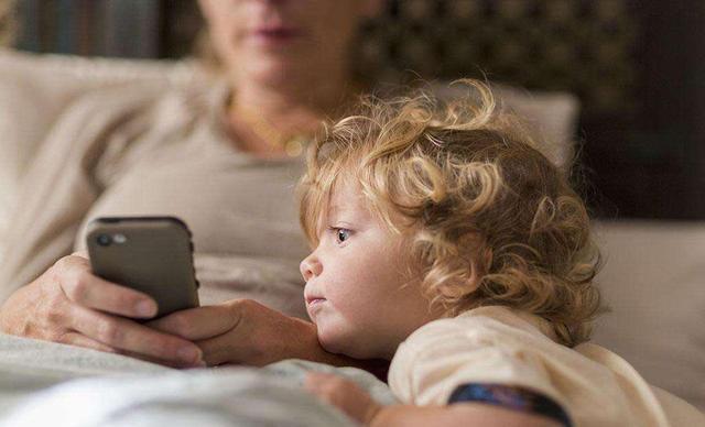 Mẹ ơi cho con xem điện thoại - 3 người mẹ với 3 câu trả lời, tạo ra 3 số phận khác nhau cho chính con cái mình - Ảnh 1.