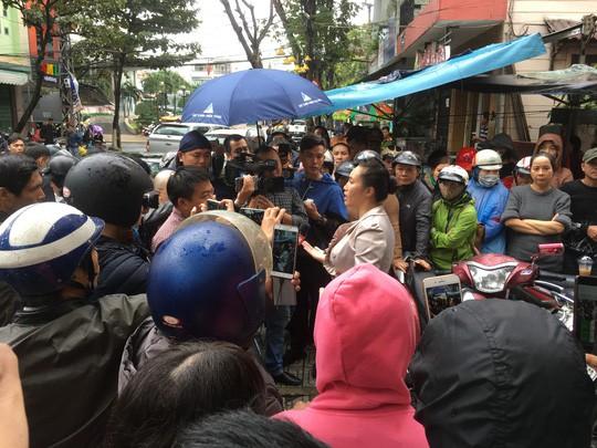 Người dân bao vây trụ sở Công ty Bách Đạt An vì lo chủ đầu tư lật kèo - Ảnh 2.