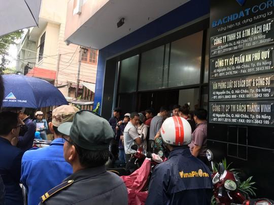 Người dân bao vây trụ sở Công ty Bách Đạt An vì lo chủ đầu tư lật kèo - Ảnh 3.