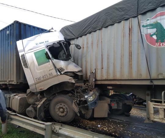 Hai xe container đối đầu, tài xế tử vong trong cabin - Ảnh 1.