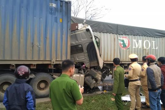 Hai xe container đối đầu, tài xế tử vong trong cabin - Ảnh 2.