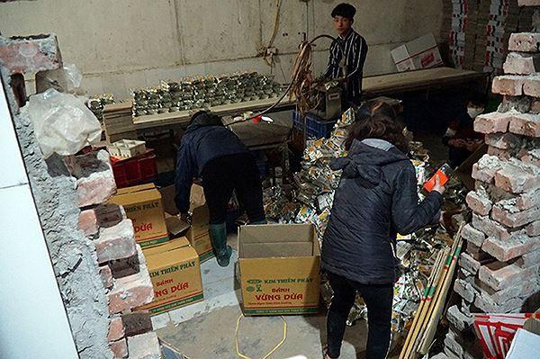 Mục kích cơ sở sản xuất bánh kẹo bẩn ở Hà Nội ngày cận Tết - Ảnh 2.