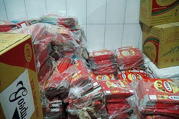 Mục kích cơ sở sản xuất bánh kẹo bẩn ở Hà Nội ngày cận Tết - Ảnh 6.