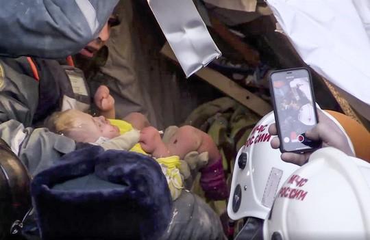 Bé trai 11 tháng tuổi sống sót dưới cả tòa nhà đổ sập lúc -17 độ C - Ảnh 1.