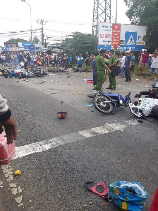 Xe container tông 18 xe máy dừng đèn đỏ ở Long An, 4 người chết, 18 người bị thương - Ảnh 2.