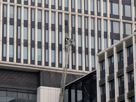 Cháy ở tòa nhà trụ sở Bộ Công an trên đường Phạm Văn Đồng - Ảnh 1.