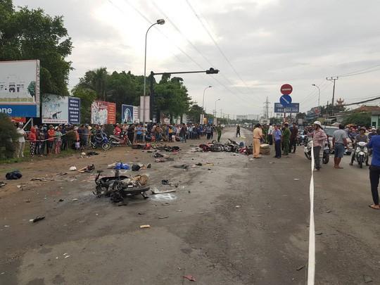 Xe container tông 18 xe máy dừng đèn đỏ ở Long An, 4 người chết, 18 người bị thương - Ảnh 7.