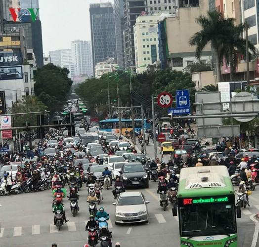 Ảnh: Đường phố Hà Nội ùn tắc trong ngày đi làm đầu tiên của năm 2019 - Ảnh 9.