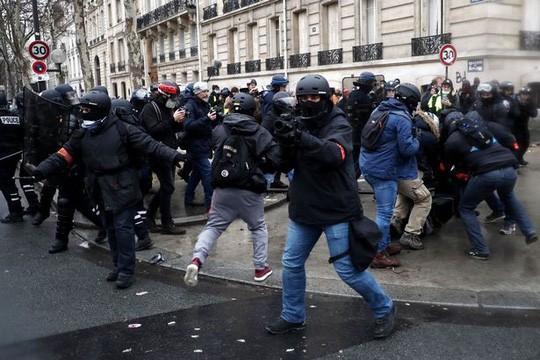 Nước Pháp rực lửa: Biểu tình tuần thứ 10, mang cả quan tài xuống đường - Ảnh 4.