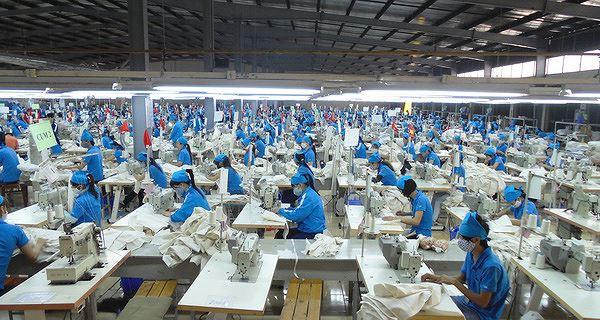 Việt Nam khan hiếm lao động ngành điện tử và may mặc - Ảnh 2.