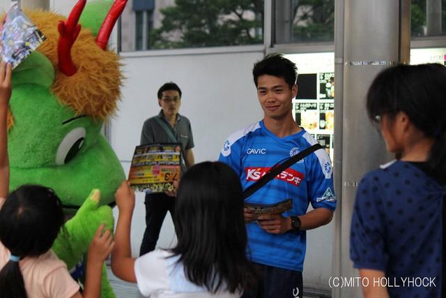 Việt Nam vs Nhật Bản: Ngày Công Phượng chứng minh mình có thể làm tốt hơn việc phát tờ rơi - Ảnh 1.