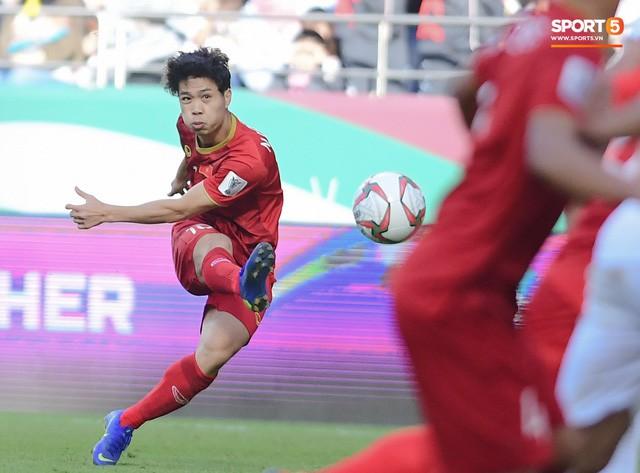 Việt Nam vs Nhật Bản: Ngày Công Phượng chứng minh mình có thể làm tốt hơn việc phát tờ rơi - Ảnh 2.
