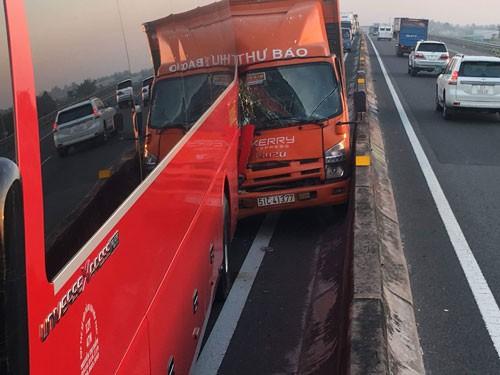 Xe chạy loạn xạ trên đường cao tốc TP HCM - Trung Lương - Ảnh 1.