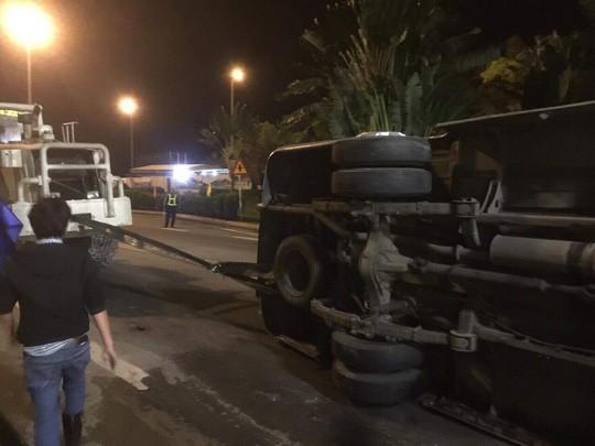 Lật xe khách trong hầm Hải Vân, khiến 5 người nhập viện - Ảnh 2.