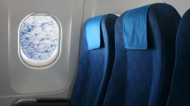 Máy bay vốn không sạch như mọi người vẫn nghĩ, hãy bỏ túi ngay 8 bí kíp phòng bệnh sau để đi lại an toàn trong dịp Tết này - Ảnh 1.