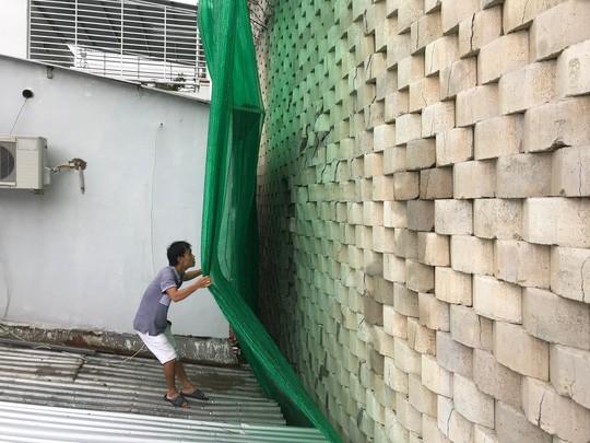 Cận cảnh bức tường thành khổng lồ sắp đổ ập xuống đầu dân - Ảnh 13.
