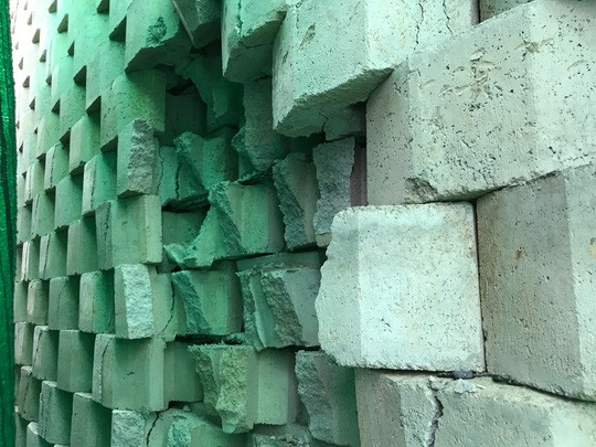 Cận cảnh bức tường thành khổng lồ sắp đổ ập xuống đầu dân - Ảnh 14.