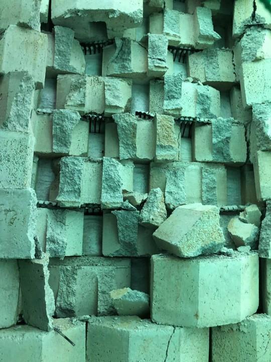 Cận cảnh bức tường thành khổng lồ sắp đổ ập xuống đầu dân - Ảnh 15.