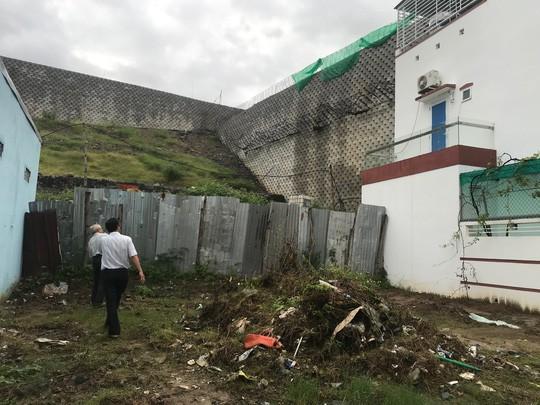 Cận cảnh bức tường thành khổng lồ sắp đổ ập xuống đầu dân - Ảnh 18.