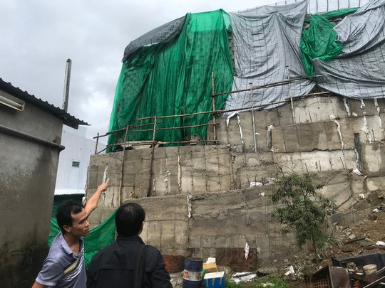 Cận cảnh bức tường thành khổng lồ sắp đổ ập xuống đầu dân - Ảnh 20.