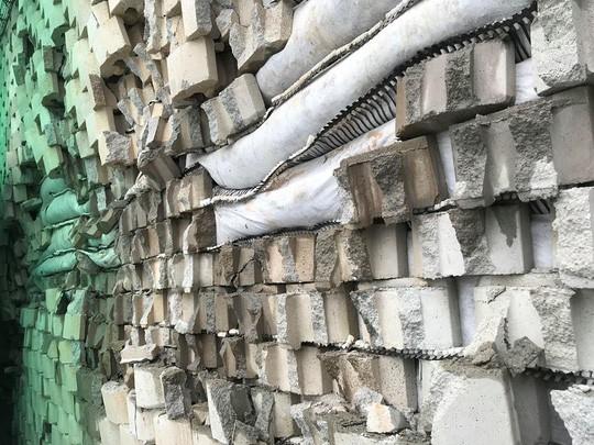 Cận cảnh bức tường thành khổng lồ sắp đổ ập xuống đầu dân - Ảnh 2.