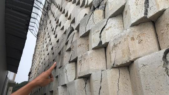 Cận cảnh bức tường thành khổng lồ sắp đổ ập xuống đầu dân - Ảnh 6.