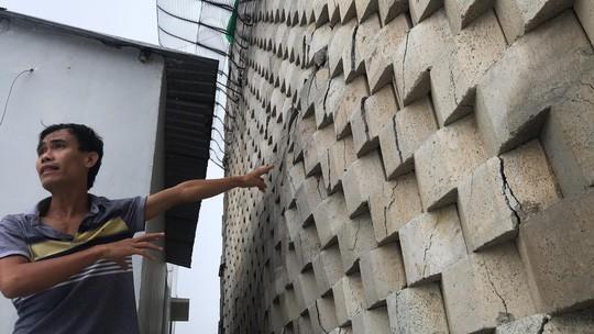 Cận cảnh bức tường thành khổng lồ sắp đổ ập xuống đầu dân - Ảnh 7.