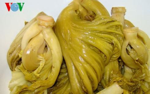 Tiêu hủy khẩn cấp hơn 2 tấn dưa cải chứa chất vàng ô - Ảnh 1.