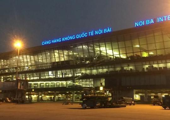 Cảng vụ hàng không miền Bắc nói về thông tin xe biển xanh đón người nhà lãnh đạo ở cầu thang máy bay - Ảnh 1.