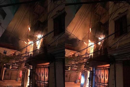 Nhà 4 tầng cháy dữ dội, 2 thanh niên bị thương khi hoảng loạn chạy thoát thân - Ảnh 1.