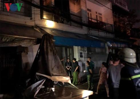 Cháy nhà sát chợ Nguyễn Văn Trỗi: Tiểu thương nháo nhào chạy hàng hóa  - Ảnh 1.