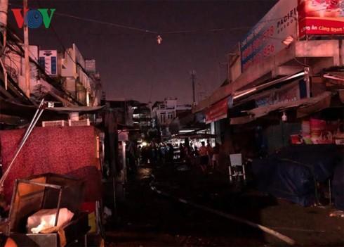 Cháy nhà sát chợ Nguyễn Văn Trỗi: Tiểu thương nháo nhào chạy hàng hóa  - Ảnh 2.