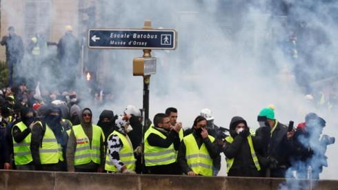 Biểu tình bạo loạn ở Pháp, thủ đô Paris mịt mù khói - Ảnh 1.